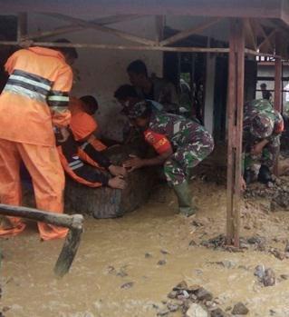 Tim gabungan menolong warga yang rumahnya diterjang banjir bandang di Kota Padangsidimpuan.