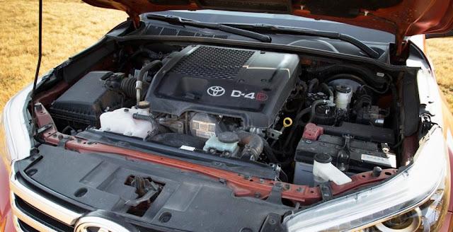 Toyota Hilux 2016 có hệ thống dẫn động 4 bánh bán thời gian. Tất cả động cơ đều là 4 xi lanh thẳng hàng phun nhiên liệu trực tiếp và tăng áp biến thiên.