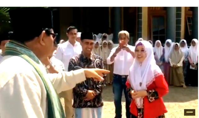 """Reaksi Prabowo Temui Santri Jago Bahasa Arab & Inggris: """"Harus jadi Kader Gerindra Ini"""""""