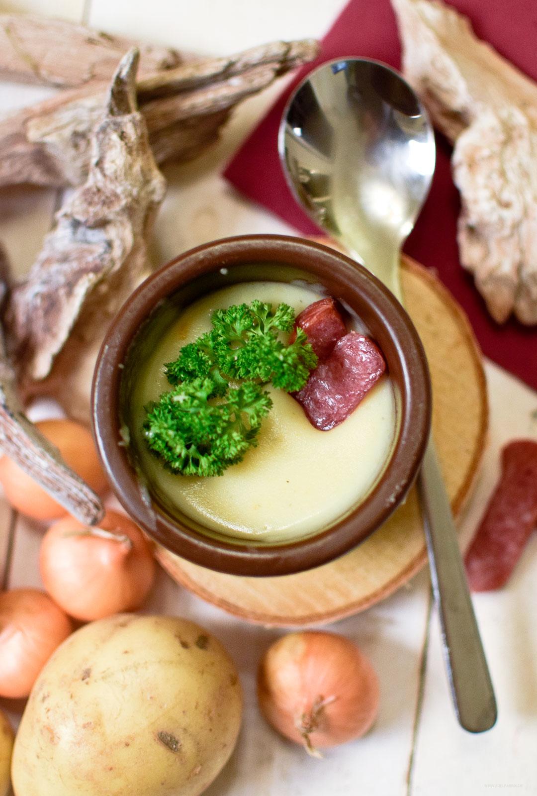 feine pürierte Kartoffelsuppe mit Kabanossis