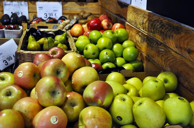 frutas expuestas sobretodo diferentes tipos de manzanas