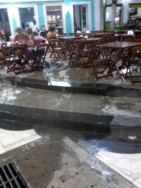 Esgoto escorre entre as mesas nos bares do Largo de Sant´Ana. Tá bonito isso?