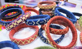 Kumpulan benang dari tenun ikat dibuat gelang