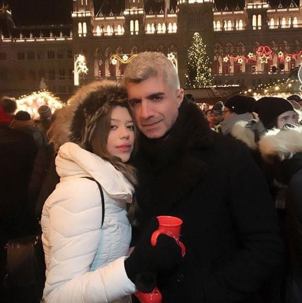 أنباء عن انفصال النجم التركي أوزجان دينيز عن زوجته بعد عام على زواجهما