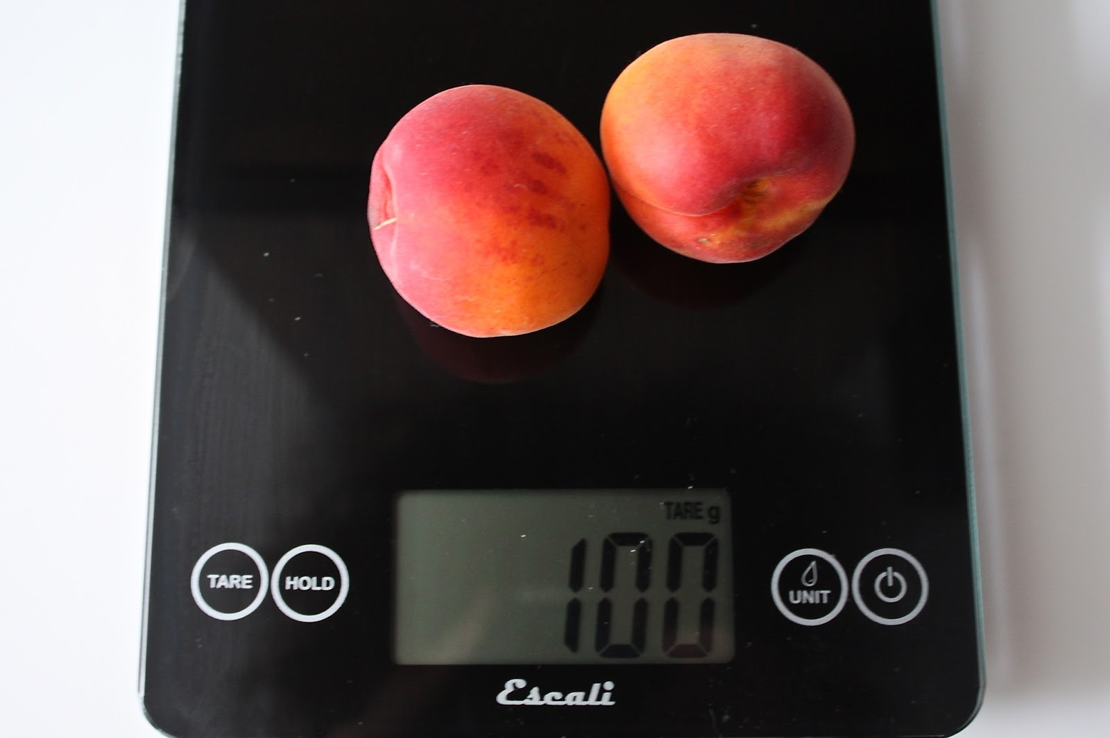 100 grams of apricots measured on a digital scale