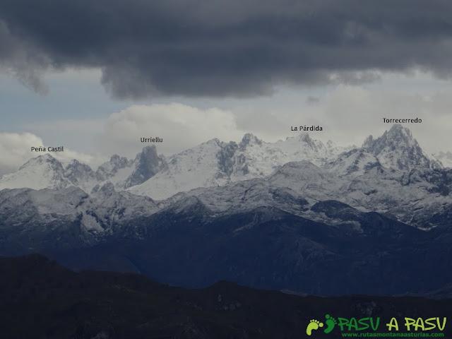 Sierra de la Cueva Negra: Desde el Alto Teyadera, vista del Urriellu y Torrecerredo