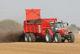 Alat penyebar pupuk dengan sumber tenaga traktor