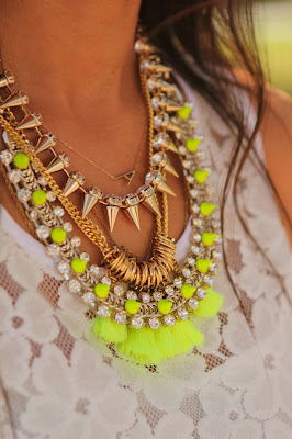 collier pompons fluos