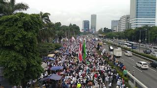 Hujan Reda, Massa Aksi 212 Terus Padati Gedung DPR/MPR RI