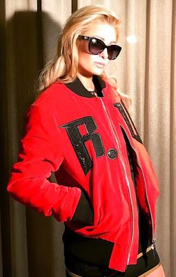 パリス・ヒルトン(Paris Hilton)は、ドルチェ&ガッバーナ(Dolce & Gabbana)のサングラス、リチャードバレンタイン(Richard Valentine)のボンバージャケットを着用。