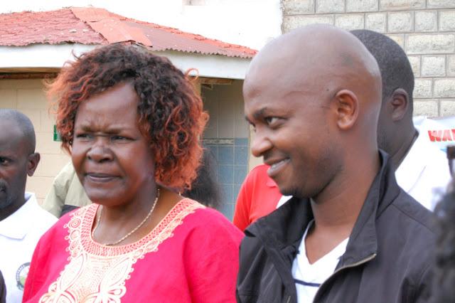Naibu Rais wa shirikisho la soka nchini Kenya FKF, Doris Petra (kushoto) na Rais Nick Mwendwa wakiongea na waandishi habari mjini Eldoret baada ya mkutano wa wajumbe wa FKF kanda ya kaskazini mwa bonde la ufa. Picha/Kwa hisani