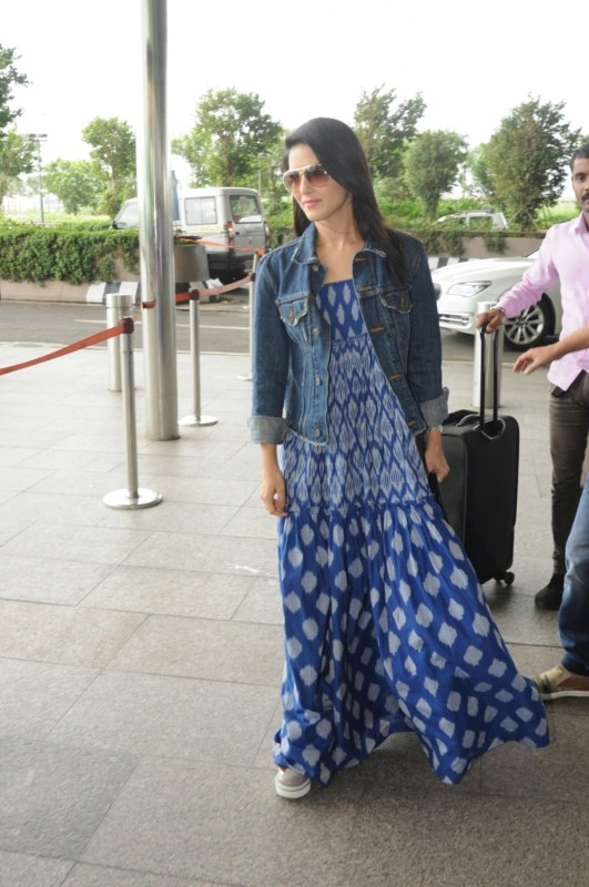 Sunny Leone Spotted at Mumbai Airport