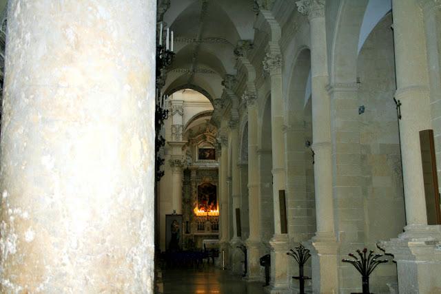 chiesa interno, colonne