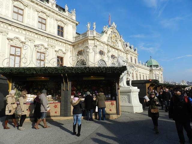 Weihnachtsdorf vor dem Schloss Belvedere