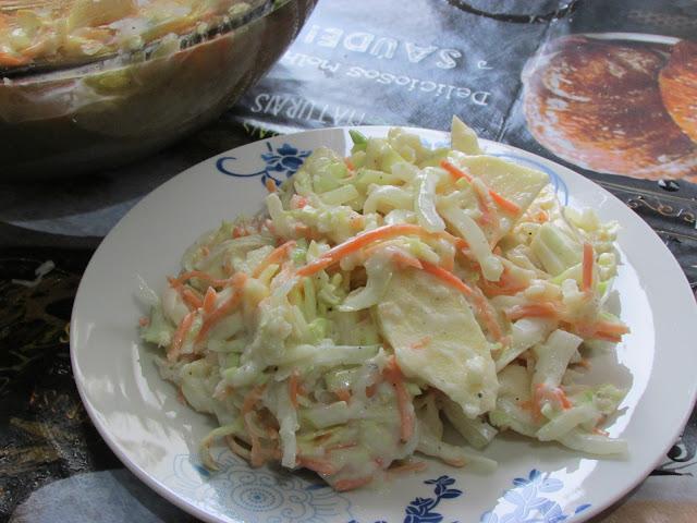 lahanosalata z sosem jogurtowym