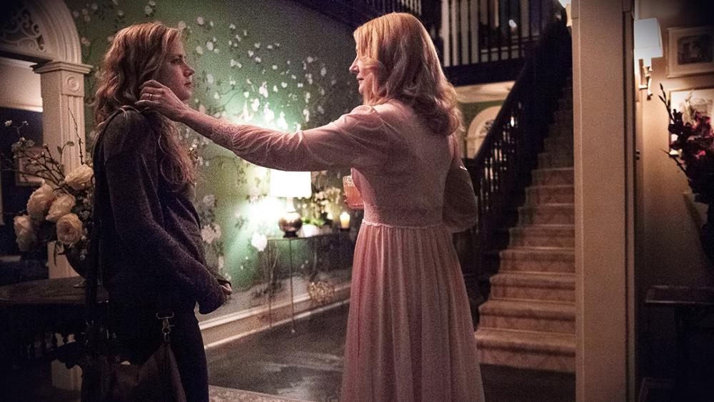 Adora (PAtricia Clarkson) y Camille (Amy Adams) en Sharp Objects de HBO
