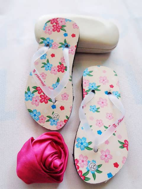 pengrajin sandal-sandal anak