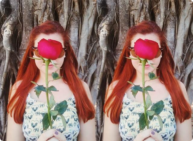 menina com flor vermelha