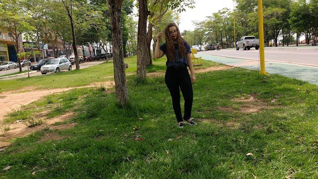 Inspiração: fotos de looks em parques! Look com calça cintura alta preta e camisa de banda!
