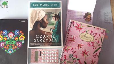 Sue Monk Kidd, róż, folkowe kwiaty, Czarne skrzydła, książka, zeszyty, kalkulator