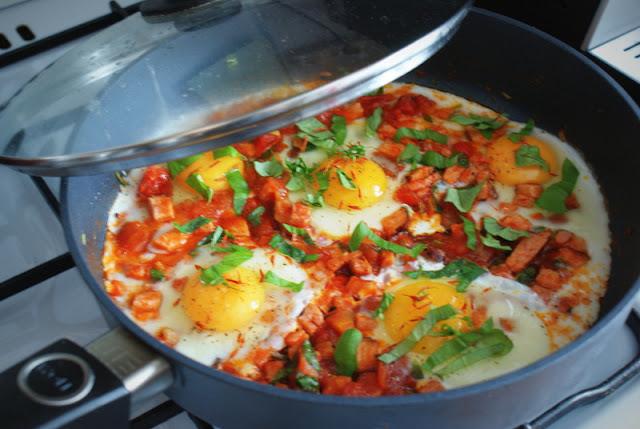 jaja sadzone,omlet,dania z jajek,jaja w szynce i pomidorach,