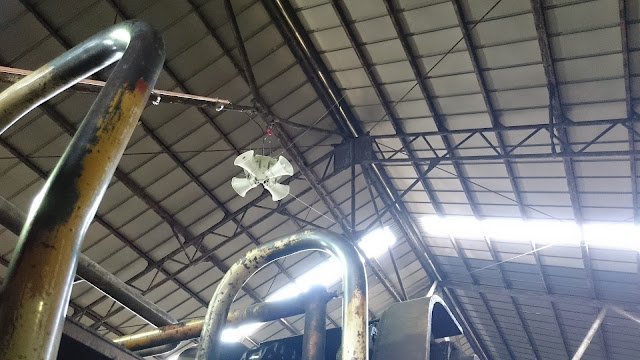 倉庫カラス対策にシャンデ設置