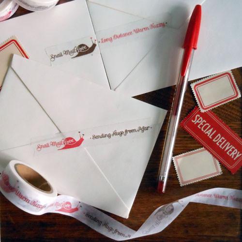 Cara menulis surat yang benar,pengertian surat dan macamnya Ingat Pos …….Ingat surat. Pengertian Surat Jenis Surat Surat pribadi 1. Tidak menggunakan kop surat 2. Tidak ada nomor surat 3. Salam pembuka dan penutup bervariasi 4. Penggunaan bahasa bebas, sesuai keinginan penulis 5. Format surat bebas Surat Resmi 1.Menggunakan kop surat apabila dikeluarkan organisasi 2.Ada nomor surat, lampiran, dan perihal 3.Menggunakan salam pembuka dan penutup yang lazim 4.Penggunaan ragam bahasa resmi 5.Menyertakan cap atau stempel dari lembaga resmi 6.Ada aturan format bakuBagian-bagian surat resmi: Kepala/kop surat Penutup surat Tembusan surat, berupa penyertaan/pemberitahuan kepada atasan tentang adanya suatu kegiatan Surat Niaga Surat Dinas