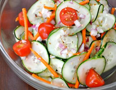 Salada de Pepino com Tomate, Cenoura e Gergelim (vegana)