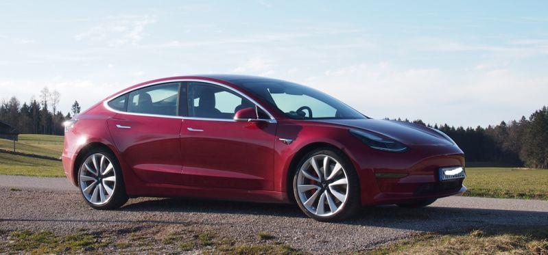 Rotes Tesla Model 3 - Reines EAuto - reine Fahrfreude