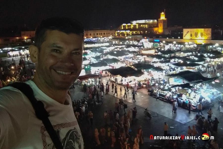 Antonio Ruiz en la Plaza Jemaa El Fna de Marrakech, Marruecos