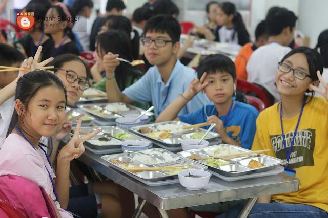 Các trại sinh và ăn trưa sau một buổi sáng sinh hoạt, khám phá