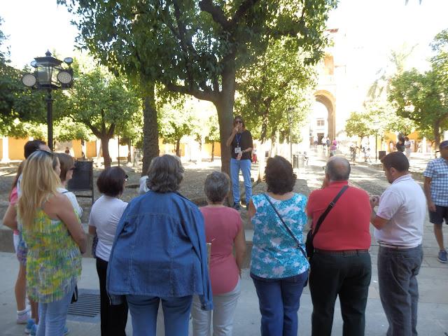 9 personas atienden a la información de la intérprete de patrimonio en lengua de signos.