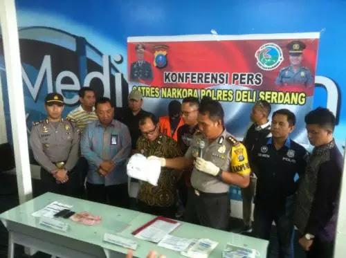 Petugas menggelar temu pers terkait penamgkapan dua warga Aceh bawa 1,5 kg sabu