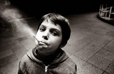 Το παθητικό κάπνισμα προκαλεί μη αναστρέψιμη βλάβη στις αρτηρίες των παιδιών