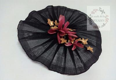 tocado con base color negro y adorno de hojas y flores pintado a mano para boda