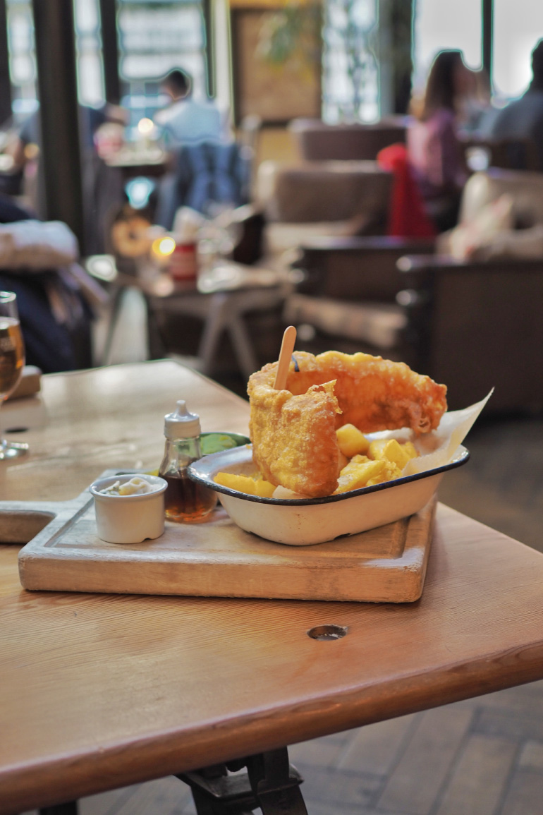 Fish'n'chips au restaurant Hall & Woodhouse à Bath dans les Cotswolds en Angleterre