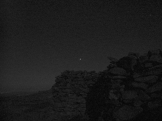 Babia Góra. Widok spod kamiennego wiatrołapu w kierunku wschodnim. Na niebie widać Wenus.