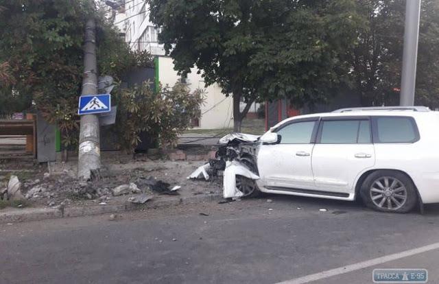 В Одесі п'яний водій Lexus зніс електроопору, яка впала на МАФ