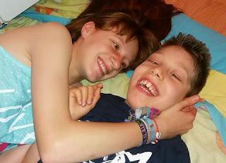 Hermanos-familias diversas-discapacidad-tratamientos-ayudas-teaming-donaciones-blog-Madresfera