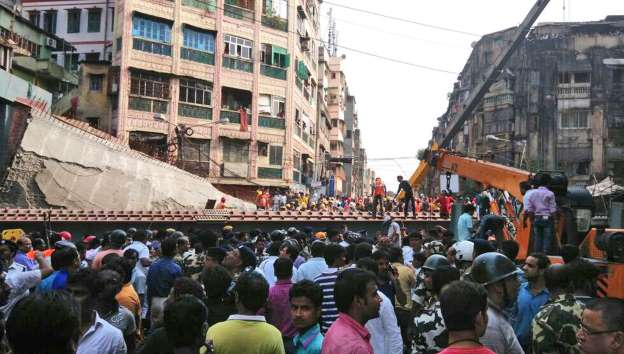 India flyover collapse: 14 dead and 150 trapped (Photos) 3