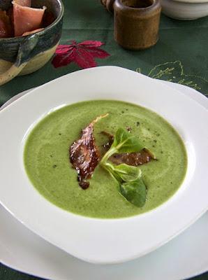 Feldsalat-Cremesuppe mit gebratenen Speckstreifen