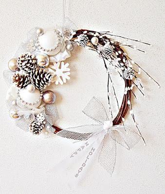 Ghirlanda bianca con pigne e neve