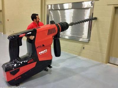 Lustige Nachbarn - Handwerker macht Lärm mit Bohrmaschine - Witzige Handwerker bei der Arbeit