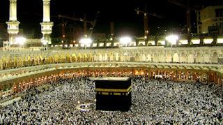 Shalat menghadap kiblat sebenarnya merupakan sejarah yang paling tua di dunia. Bahkan jauh sebelum manusia diciptakan di bumi, Allah SWT telah mengutus para malaikat turun ke bumi dan membangun rumah pertama tempat ibadah manusia.  Sesungguhnya rumah yang mula-mula dibangun untuk manusia, ialah Baitullah yang di Bakkah (Mekkah) yang diberkahi dan menjadi petunjuk bagi semua manusia . (QS. Ali Imran : 96).  Lalu para malaikat itu bertawaf di sekeliling ka'bah itu hingga datangnya nabi Adam dan istrinya Hawwa di wilayah itu. Sampai mereka beranak pinak dan memenuhi muka bumi. Konon di zaman Nabi Nuh as, ka'bah ini pernah tenggelam dan runtuh