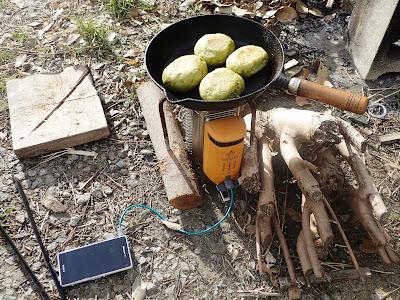BioLite(バイオライト)キャンプストーブ2でパンを焼き、スマホを充電