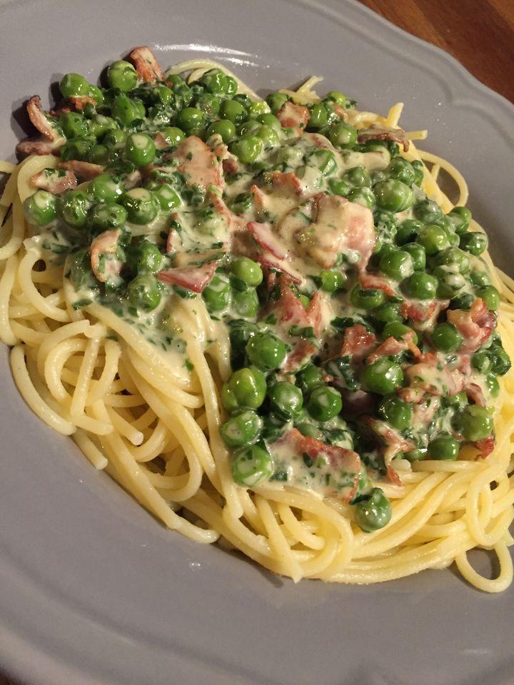Spagettia ja pinaatti-pekonikastiketta