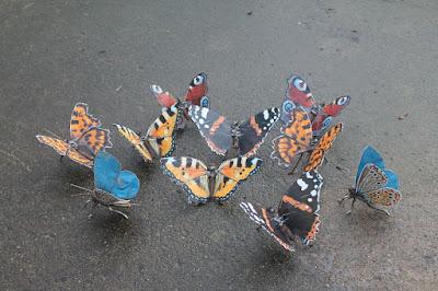 Mariposas de colores hechas con metales reciclados