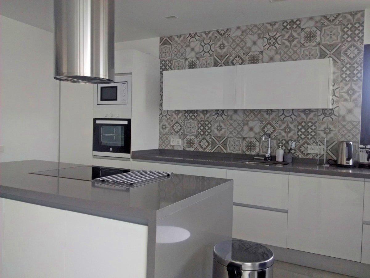 Una pared de azulejos elemento clave para decorar la cocina