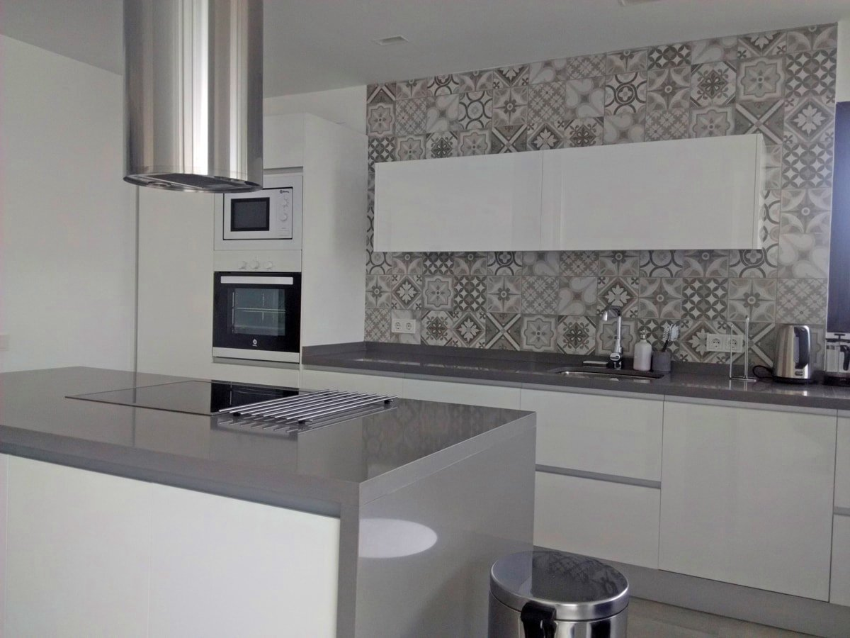 Una pared de azulejos elemento clave para decorar la for Alicatados para cocinas