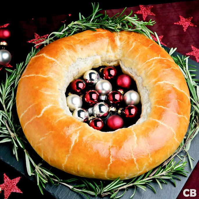 Hartige kerstkrans, krokant bladerdeeg gevuld met Limburgs gehakt.